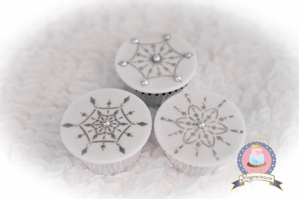 Kuchenkönigin Cupcake Wedding Hochzeit Hochzeitstorte Winterhochzeit Winter Schnee Fondant Snowflake Schneestern Glitter Glamour Cupcake Topper