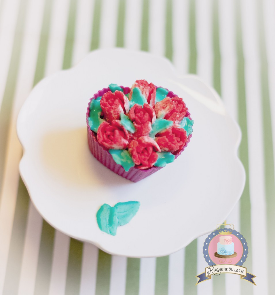 Kuchenkönigin Erdbeer-Sahne Cupcakes Rezept Frühling Tulpen Puddingscreme Vanille Backen