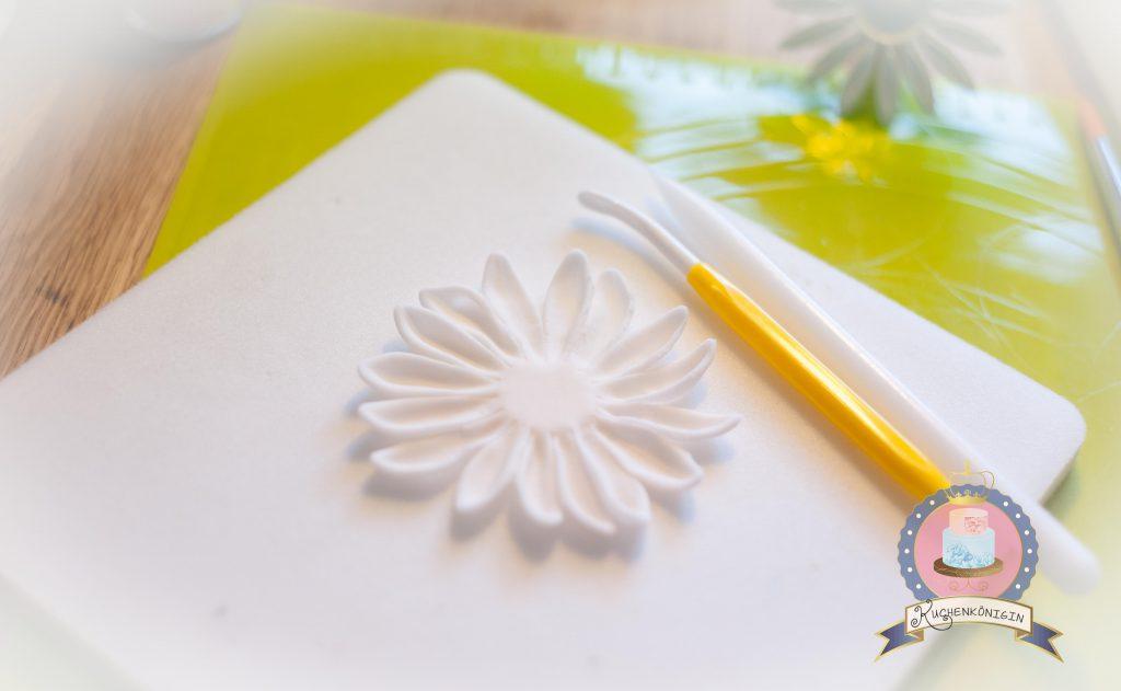 Kuchenkönigin Chalkboard Wedding Cake Hochzeit Torte Kreidetafel 13 Dahlie Fondant Schwarz Rosa Rose Tutorial Anleitung Blüten Zuckerblüten Vintage