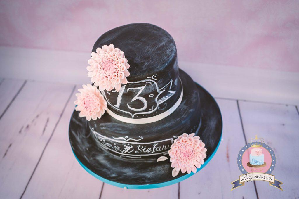 Kuchenkönigin Vintage Chabby Chic Chalkboard Wedding Hochzeit Torte Hochzeitstorte Cake Decorating Dahlien Tafelkreide Fondant Zuckerblüten Salted Caramel Laktosefrei Minus-L