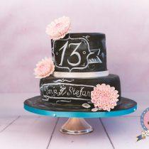 Kuchenkönigin Vintage Chabby Chic Chalkboard Wedding Hochzeit Torte Hochzeitstorte Cake Decorating Dahlien Tafelkreide Fondant Zuckerblüten